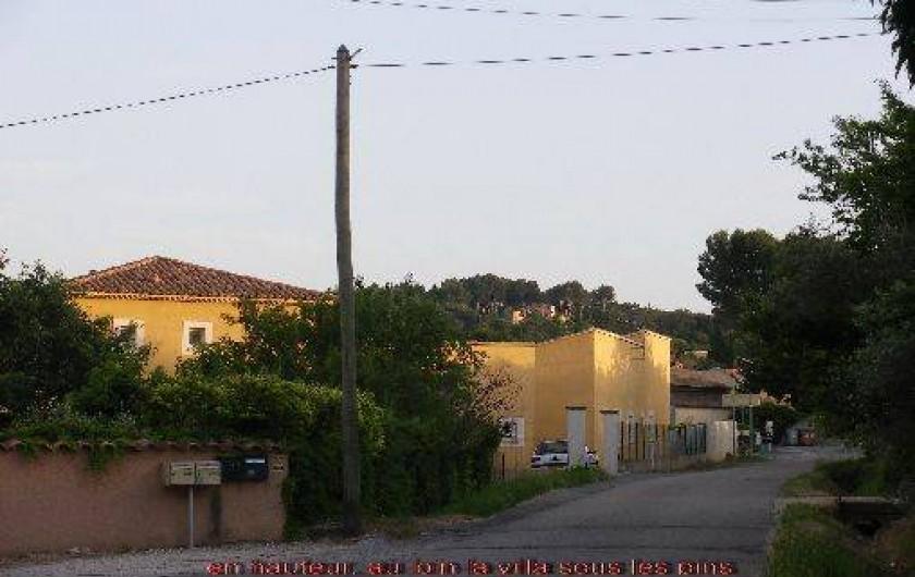 Location de vacances - Appartement à Vaison-la-Romaine - Vue du village, au loin, en hauteur la villa sous les pins