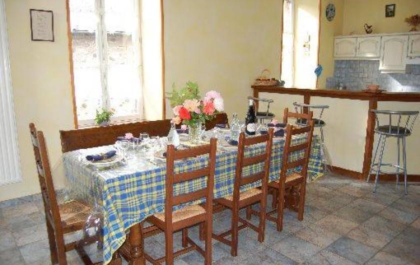 Location de vacances - Maison - Villa à Thiézac - La pièce à vivre avec le coin salle à manger