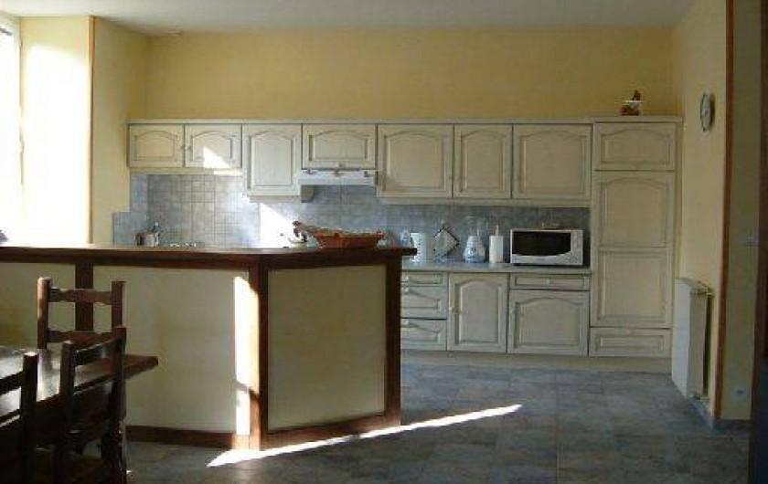 Location de vacances - Maison - Villa à Thiézac - la pièce à vivre et la cuisine américaine