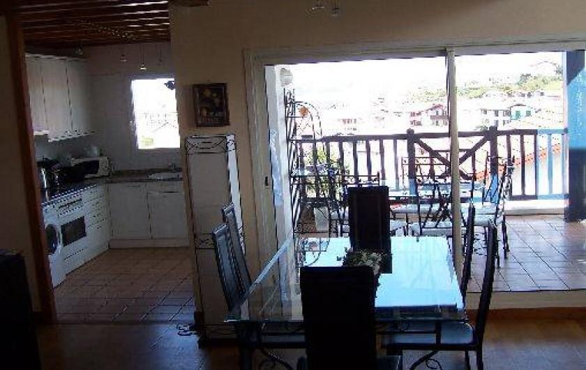 Location de vacances - Maison - Villa à Urrugne - salle à manger. Vue cuisine terrasse rez de chaussée