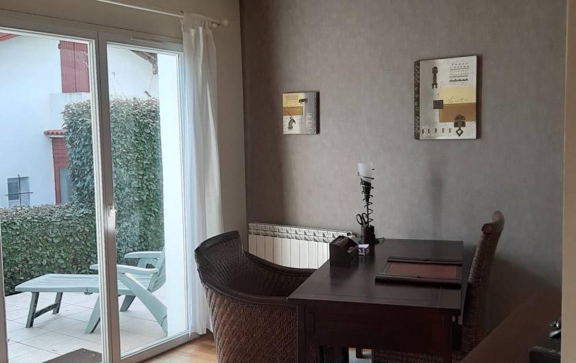 Location de vacances - Maison - Villa à Urrugne - Chambre deux et terrasse jardin