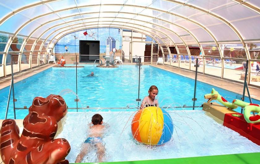 Location de vacances - Bungalow - Mobilhome à Ravenoville Plage - Piscine couverte chauffée avec pataugeoire et jeux d'eau.