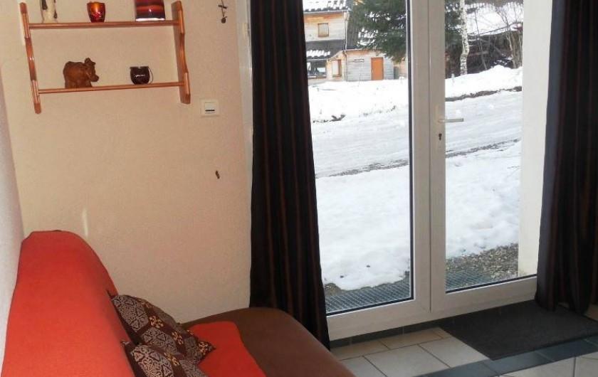 Location de vacances - Appartement à Lajoux - Coin salon canapé clic -clac