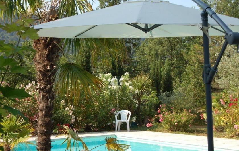 Location de vacances - Villa à Bargemon - Piscine miroir sécurisée, à débordement sous margelle