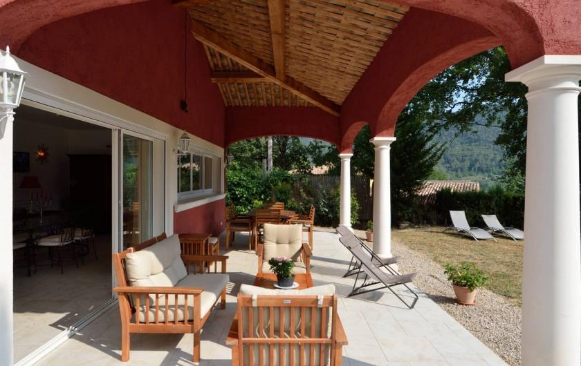 Location de vacances - Villa à Bargemon - L'été la terrasse est à l'ombre jusqu'à en moyenne 14 h