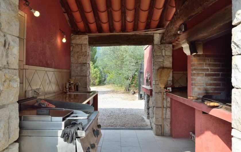 Location de vacances - Villa à Bargemon - Coin barbecue, four à pizzas, évier, petit réfrigérateur, plans de travail