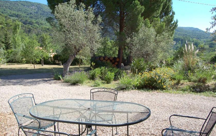 Location de vacances - Villa à Bargemon - Salon de jardin devant la cuisine. Soleil le matin et ombragé l'après-midi.
