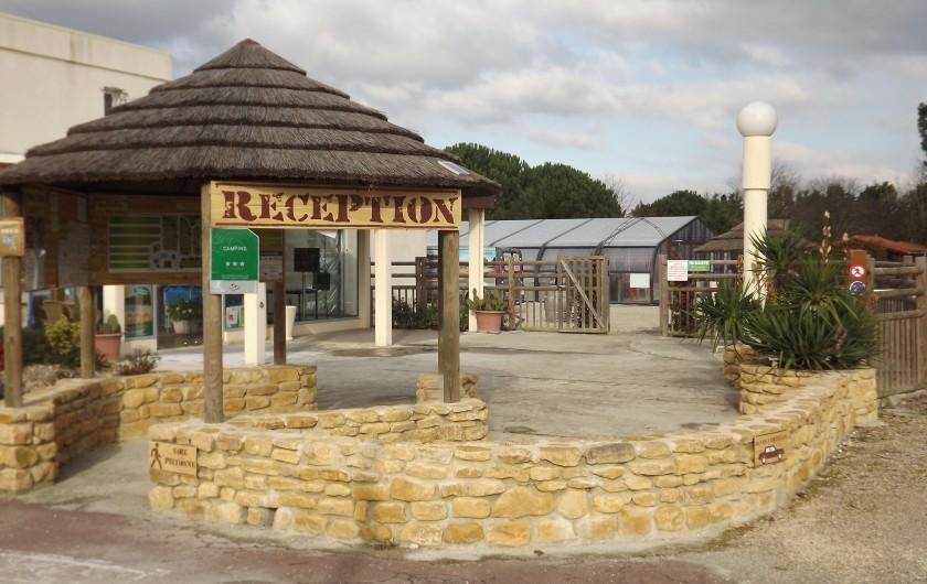 Location de vacances - Camping à Parcoul-Chenaud - Lac de baignade avec plage de sable et son terrain de pétanque