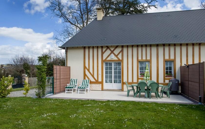 Location de vacances - Gîte à Vauville - TERRASSE PRIVEE AVEC SALON DE JARDIN - TRANSATS- BARBECUE ACCES AU JARDIN PRIVE