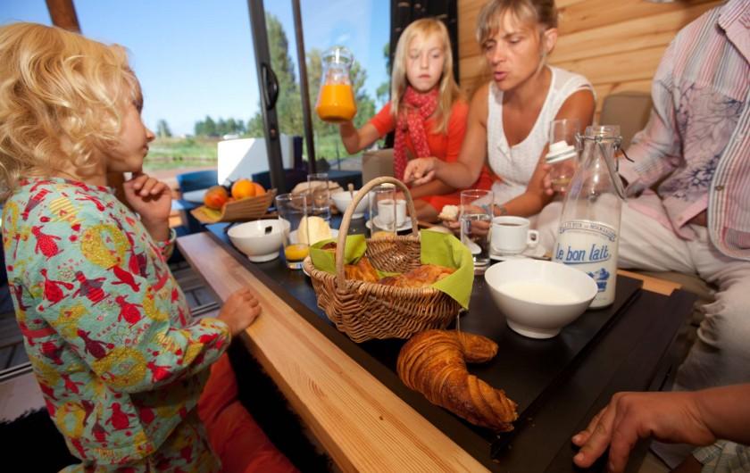 Location de vacances - Bateau à Chassenard - Petit-déjeuner livré sur la toue cabanée