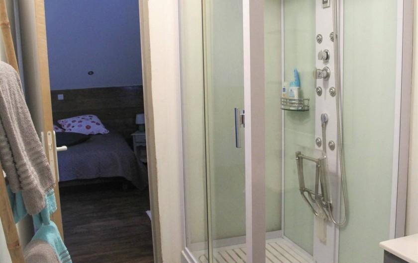 """Location de vacances - Chambre d'hôtes à Sauveterre-de-Rouergue - Chambre d'hôte : salle de bain """"Ondine"""""""