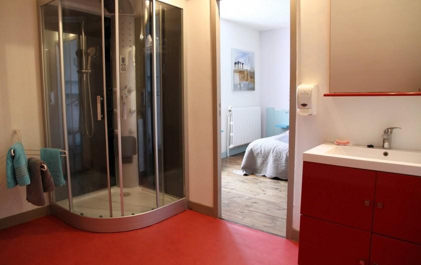 """Location de vacances - Chambre d'hôtes à Sauveterre-de-Rouergue - Chambre d'hôte : salle de bain """"Turquoise"""""""