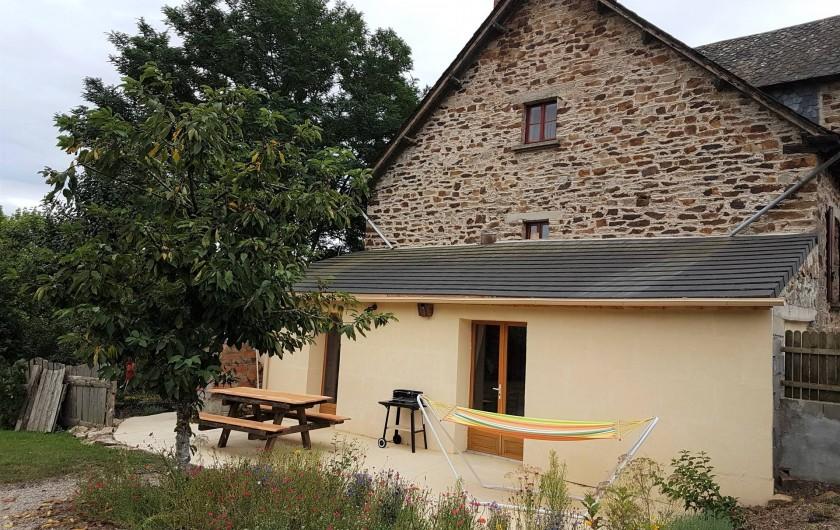 Location de vacances - Chambre d'hôtes à Sauveterre-de-Rouergue - Gîte : Terrasse avec hamac et barbecue