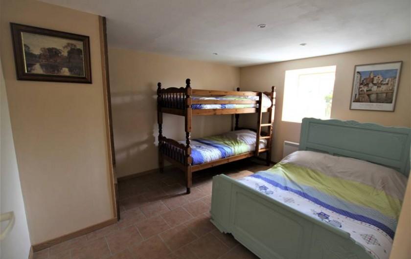 Location de vacances - Chambre d'hôtes à Sauveterre-de-Rouergue - Gîte - chambre avec lits superposés et lit en 130