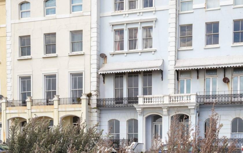Location de vacances - Appartement à Saint Leonards - La maison bleue - les deux fenêtres de l'appartement sont à coté de l'entrée
