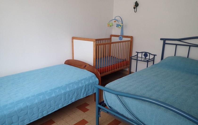 Location de vacances - Villa à Saint-Hilaire-de-Riez - la grande chambre, un lit bébé si besoin 1 lit de 2 pers 1 lit d'une pers