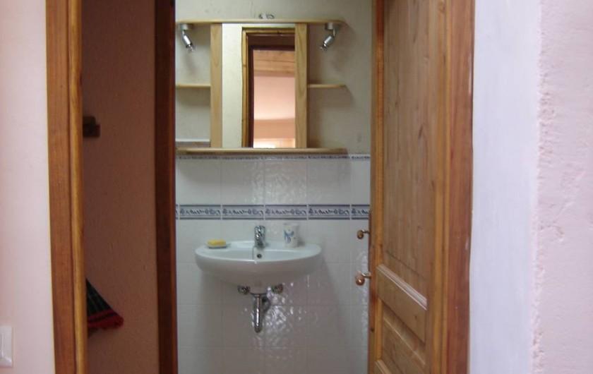 Location de vacances - Appartement à L'Albère - L'entrée de la salle de douche avec sas et rangements sur la gauche