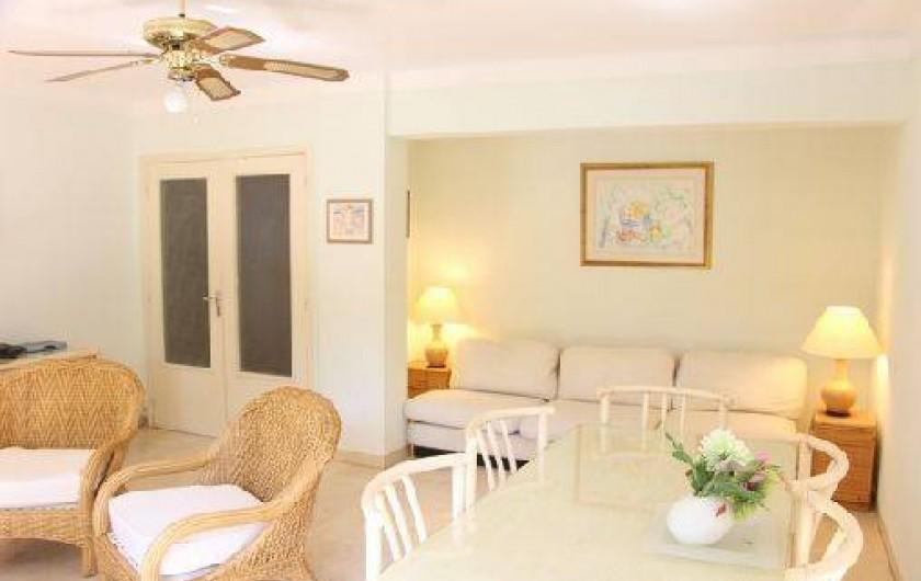 Location de vacances - Appartement à Cannes - SALON AVEC LE CANAPE LIT