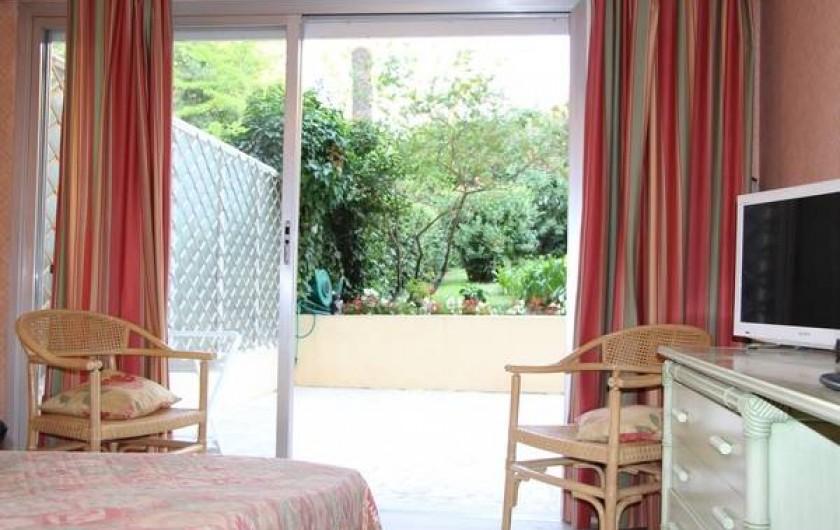 Location de vacances - Appartement à Cannes - CHAMBRE donnant sur la terrasse