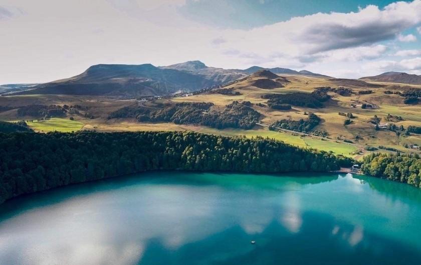 Location de vacances - Chalet à Chastreix - Le lac Pavin à 23 km de Chastreix