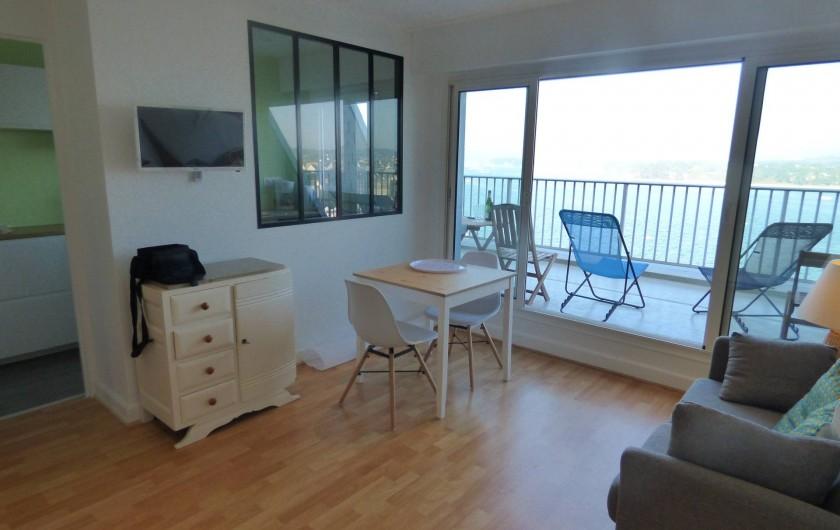 Location de vacances - Studio à Trégastel - séjour ouvert sur la terrasse