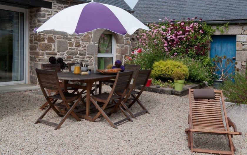 Location de vacances - Maison - Villa à Roscoff - Cour close avec salon de jardin et bains de soleil.