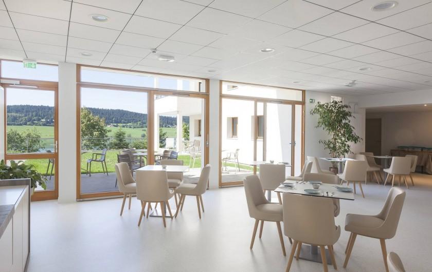 Location de vacances - Appartement à Malbuisson - Salle de petit-déjeuner et bar