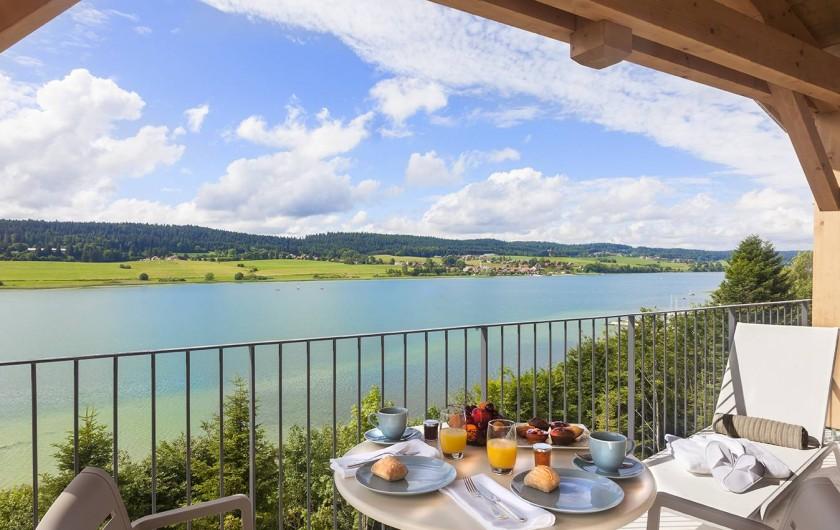 Location de vacances - Appartement à Malbuisson - Petit-déjeuner avec balcon