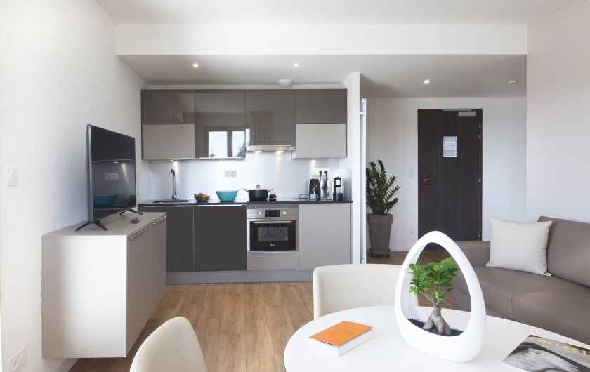 Location de vacances - Appartement à Malbuisson - Cuisine tout équipée de la suite