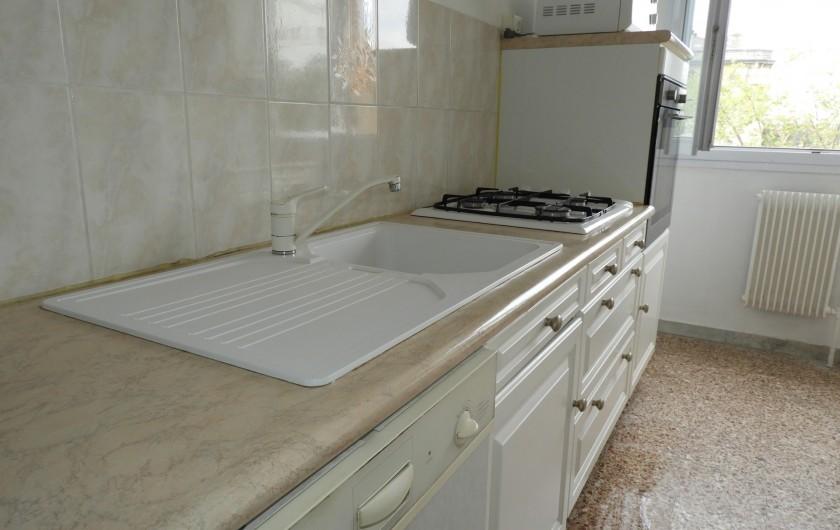 Location de vacances - Appartement à Marseille - Cuisine avec lave-vaisselle  four électrique,  four micro-onde