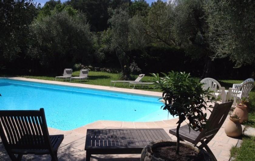 Location de vacances - Mas à Grasse - Terrasses autour de la piscine.