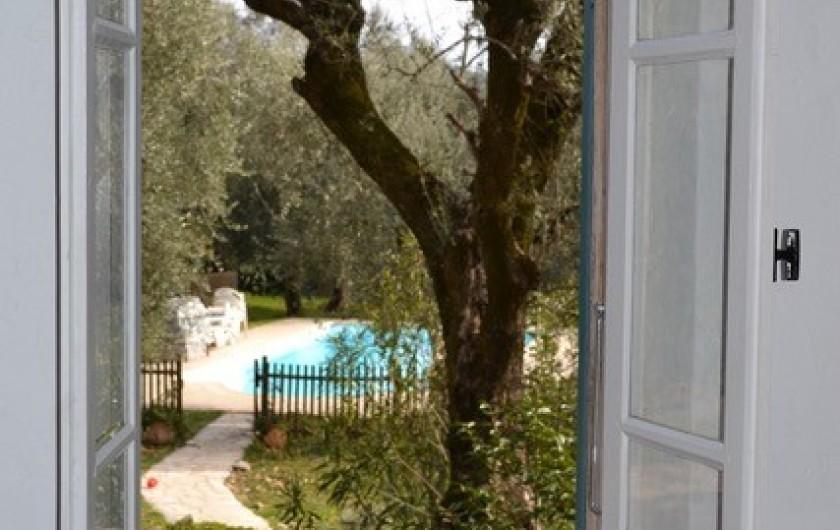Location de vacances - Mas à Grasse - Vue de la chambre du 1°étage vers le jardin.