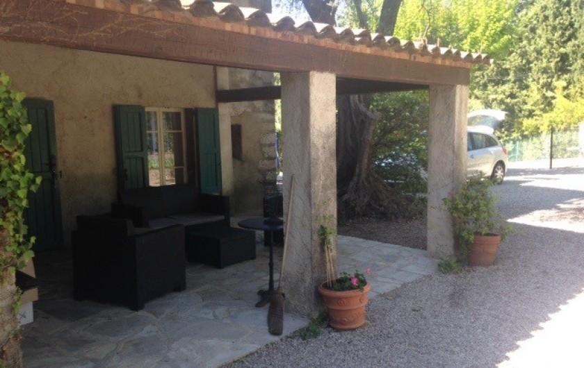Location de vacances - Mas à Grasse - Grande Véranda façade Est de plein pied face au jardin.