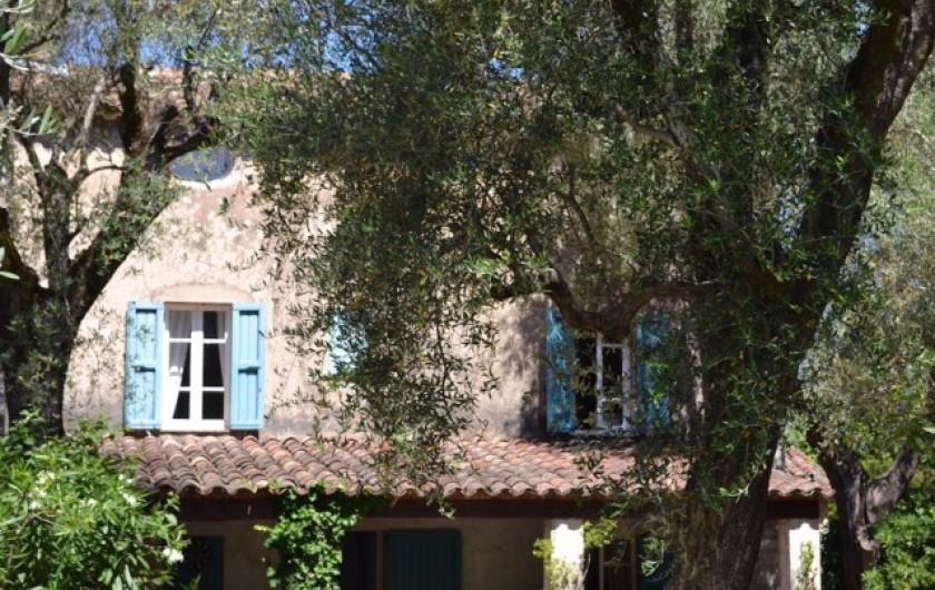 Location de vacances - Mas à Grasse - Mas façade Est.Chambres du 1° étage.