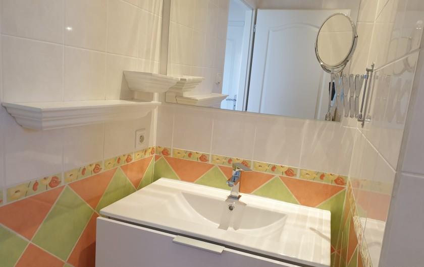 Location de vacances - Gîte à Lafrançaise - La salle d'eau au rez de chaussé. Grand bac douche.