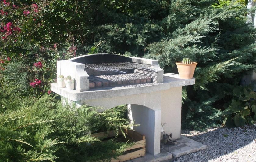 Location de vacances - Gîte à Lafrançaise - Devant la terrasse le barbecue du gîte.