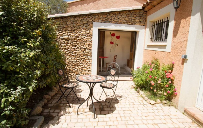 Location de vacances - Studio à Valensole - Le gîte coquelicot beneficie d'une terrasse privative close  plein sud.