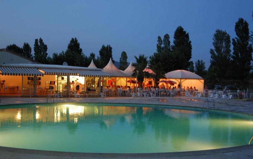 Location de vacances - Camping à Nice - restaurant o bord de la piscine avec des soirees spectacle et en journee animati