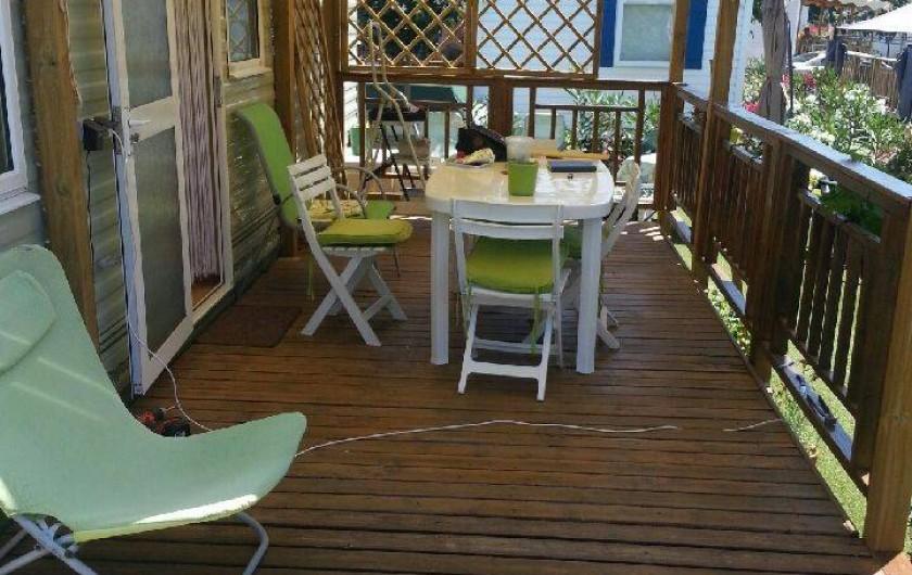 Location de vacances - Camping à Nice - la terrasse est couverte le trois quart et un quart  ensoleille