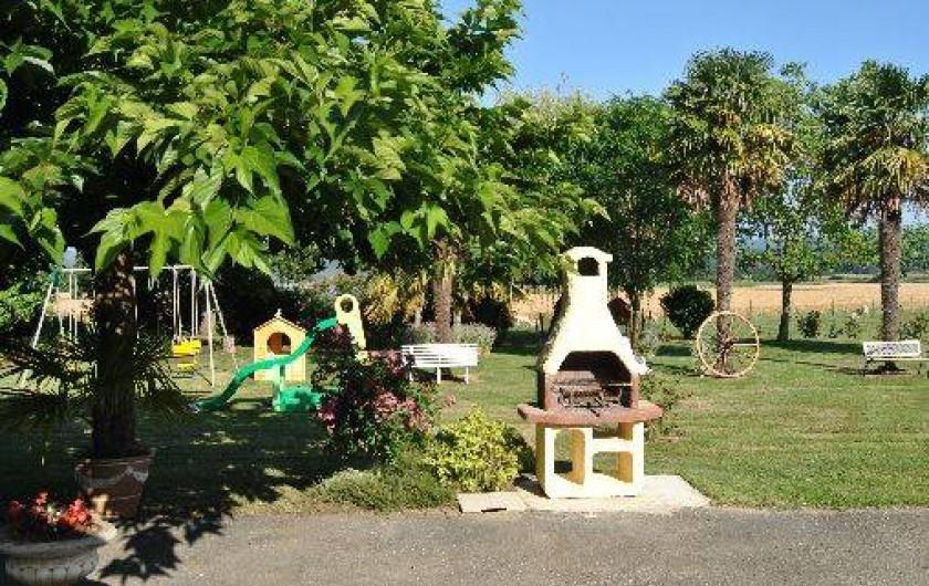 Location de vacances - Gîte à Duffort - Vue vers la pelouse depuis la terrasse du gîte