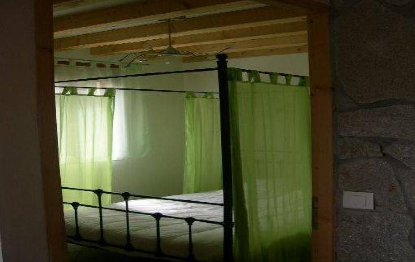 Location de vacances - Chalet à Saint-Hilaire - Lit Baldaquin chambre fermée au rez de chaussée
