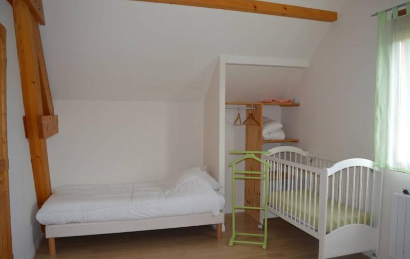 Location de vacances - Chalet à Saint-Hilaire - Grande chambre à  l'étage avec un lit double, un lit simple et un lit bébé