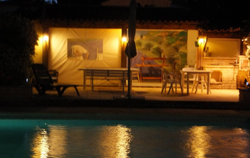 Location de vacances - Gîte à Villetelle - Cuisine d'été de nuit