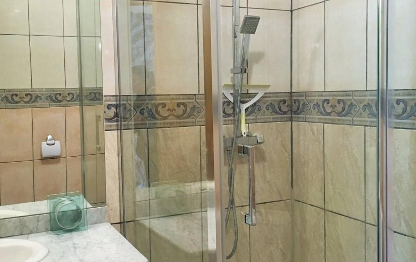 Location de vacances - Chambre d'hôtes à Auriac-du-Périgord - Salle de bain de la chambre Milleperthuis