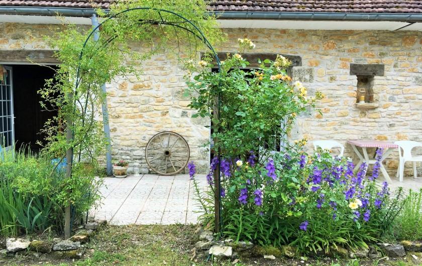 Location de vacances - Chambre d'hôtes à Auriac-du-Périgord - Terrasse devant les chambres d'hôtes