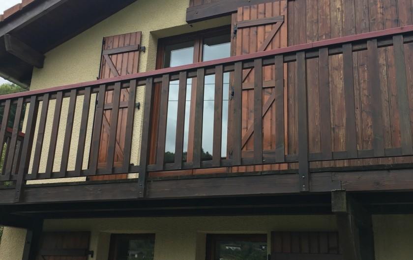 Location de vacances - Chalet à La Bresse - vue du bas sur le balcon
