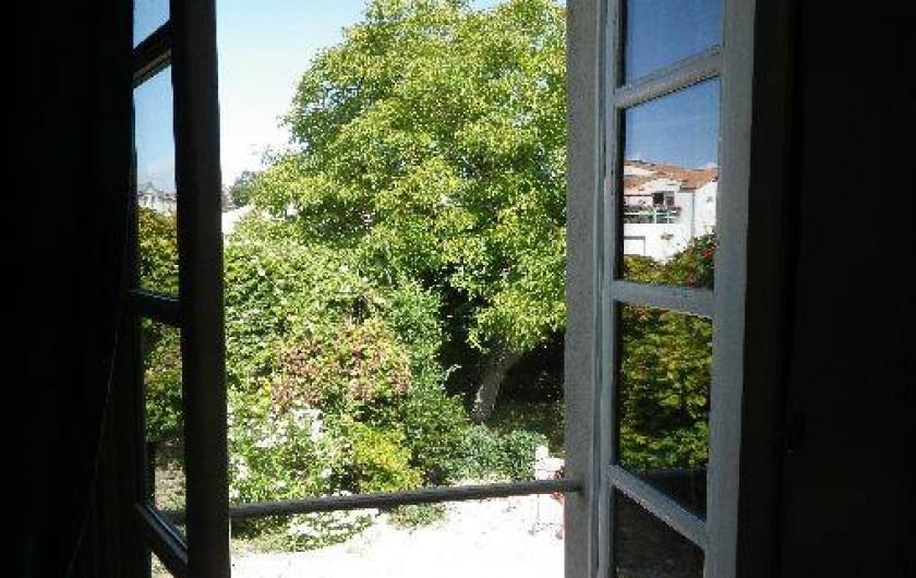 Location de vacances - Appartement à La Rochelle - vue sur le jardin depuis la chambre .