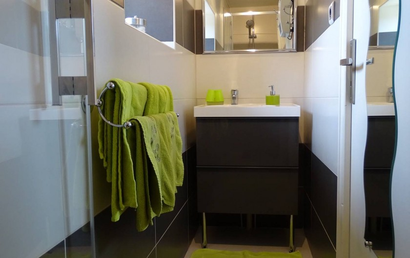 Location de vacances - Chambre d'hôtes à Bréville-les-Monts - salle de douche Campagne