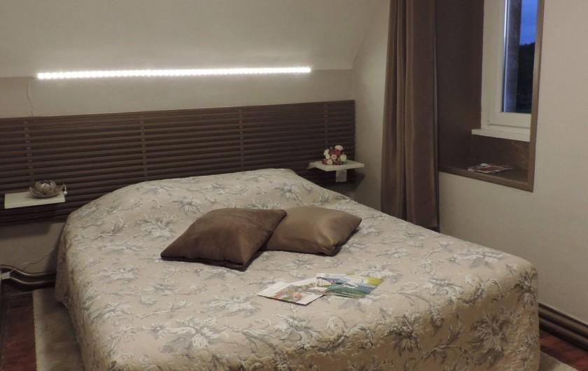 Location de vacances - Chambre d'hôtes à Bréville-les-Monts - suite familiale Coté Jardin chambre 1 lit 160x200