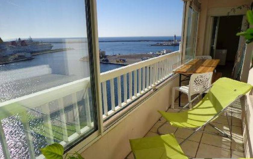 Location de vacances - Appartement à Sète - Loggia , baies coulissante de 6 de large, table pour 6, chaises-longues, hamac